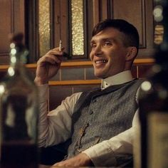 Rare still of Thomas Shelby smiling, played by Cillian Murphy. Peaky Blinders Saison, Peaky Blinders Poster, Peaky Blinders Wallpaper, Peaky Blinders Series, Peaky Blinders Quotes, Peaky Blinders Tommy Shelby, Peaky Blinders Thomas, Cillian Murphy Peaky Blinders, Cillian Murphy Wife