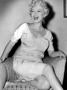 Marilyn Monroe / Born: Norma Jeane Mortenson, June 1926 in Los Angeles, California, USA / photographed in her hotel apartment 1958 Divas, Mazzy Star, Persona Feliz, Greta, Marilyn Monroe Photos, Marlene Dietrich, Norma Jeane, Brigitte Bardot, Poses