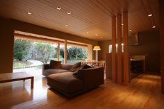 Japanese Minimalism:  Living Room, Dining, Kitchen and vast open patio to backyard. 居間の天井は練り付け合板とすることで温かくてシャープな空間を創り出しています