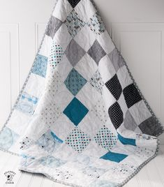 Looking for baby quilt patterns? Here's a free baby quilt tutorial. This color blocked patchwork baby quilt tutorial is simple to follow and great for a beginning quilter.