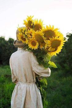 Sweet Angel Flower Farm, My Flower, Flower Power, Sunflower Bouquets, Sunflower Art, Sunflower Photography, Girl Photography, Sunflower Wallpaper, Holding Flowers