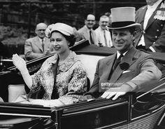 La Reine Elizabeth II et le Duc D'Edimbourg se rendent au champ de course en voiture le 19 juin 1957 à Ascot, Royaume-Uni. (Photo by Keystone-France\Gamma-Rapho via Getty Images)