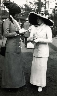 Damesmode.Twee ladies with a list of horse racing in the hand, are dressed in suits from 1913. The skirts on the bottom and a tailored jacket.  The hats are exclusive and striking.  Without place in 1913.