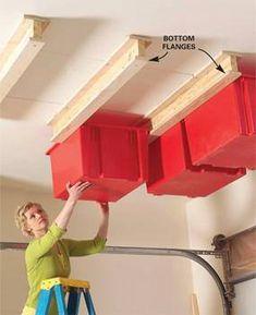 """Estos """"carriles"""" de madera hacen que puedas colgar cajas en el techo para que puedas utilizar el espacio en el aire que normalmente no ocupas."""