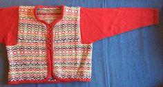 Egen design med strikket skråbånd. Mønsteret er et vevmønster og fargene er brukt uvilkårlig.