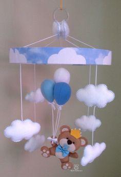 Mobile de berço ideal para decorar o quarto e também distrair o bebê quando esta no berço.  Base confeccionada em papelão revestido com tecido tricoline 100% algodão.  Base mede aproximadamente 25 cm de diâmetro.  Ursinho, nuvens e balões confeccionado em feltro.  Acabamento com argola em acrilic... Baby Shower Decorations For Boys, Felt Decorations, Baby Decor, Baby Shawer, Felt Baby, Baby Toys, Foam Crafts, Baby Crafts, Diy And Crafts