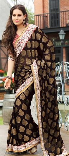 winter/Festive Shantanu Goenka showed stunning work. Similar in IWS saree Moroccan Kaftan Dress, Ethnic Dress, Indian Bridal Sarees, Indian Lehenga, Designer Sarees Collection, Saree Collection, Bridal Collection, Indian Attire, Indian Wear