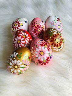 Easter Egg Crafts, Easter Eggs, Painted Eggs Easter, Easter Hunt, Easter Wallpaper, Easter Egg Designs, Painted Rocks Kids, Easter Activities, Egg Art