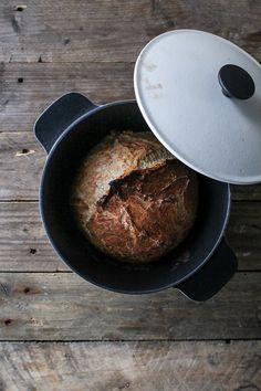 Verdens bedste brød er bagt i en gryde. En støbejernsgryde gør det nemt at bage rustik brød med sprød skorpe og store huller. Opskrift verdens nemmeste brød