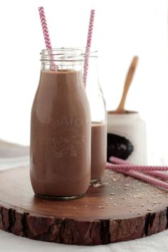 A healthy blend of real food ingredients including: peanut butter, bananas, and chocolate come together to create a chocolate banana protein smoothie. Protein Smoothie Recipes, Healthy Breakfast Smoothies, Juice Smoothie, Smoothie Drinks, Protein Shakes, Banana Oatmeal Smoothie, Bananas, Tapas, Freezer Smoothie Packs