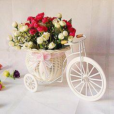 Florero de mimbre con flores artificiales para decorar...