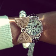 Mint green watch, sweater with a pearl bracelet adorned with a bow :-)