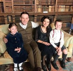 Aaw look at this! John (Joe Cole) and Esme Shelby Aimee-Ffion Edwards) with the kids. (I think there are at least 4 missing? Joe Cole, Finn Cole, John Shelby Peaky Blinders, Cillian Murphy Peaky Blinders, Boardwalk Empire, Birmingham, Cillian Murphy Tommy Shelby, Mardi Gras, Bathroom