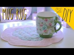 DIY ::: Mug Rug - By Fê Atelier - YouTube Hand Embroidery Flowers, Diy Mugs, Mug Rugs, Rugs In Living Room, Clay Crafts, Download, Sewing Patterns, Patches, Quilts