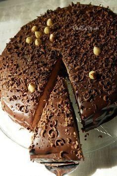Τούρτα σοκολάτα με φουντούκια, ένας λατρεμένος συνδυασμός! Εξαιρετικά απολαυστική! Greek Sweets, Greek Desserts, Party Desserts, Greek Recipes, Sweets Recipes, Cake Recipes, Cooking Recipes, Sweets Cake, Cupcake Cakes