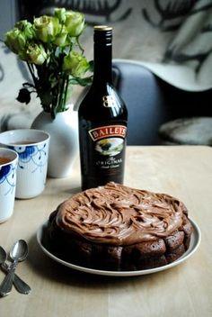 En tung og fudgy chokoladeballade toppet med en fløjlsblød mælkechokoladeganache med et twist af flødesød Baileys kan vist godt kandidere til titlen 'fødselsdagskage'. I hvert fald hvis man er lige så