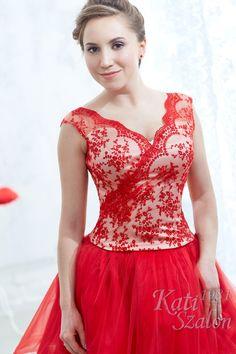 75- Egyedi, piros csipkés alkalmi ruha, menyecske ruhának is jó választás. Rövid, tüllös szoknyával fiatalos, csipke vállas felsőrésszel készült. Bride, Formal Dresses, Fashion, Wedding Bride, Dresses For Formal, Moda, Bridal, Formal Gowns, Fashion Styles
