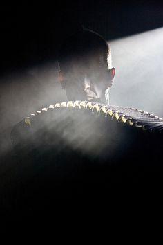 """Foto mit dem Titel """"Dark accordion"""" von Leon Cato von Oktober 2008. Er poerträtierte den Akkordeonisten Kimmo Pohjonen in Brick Lane während des Concrete & Glass Festivals. Stichworte: #Accordion #Art #Photography #Player"""