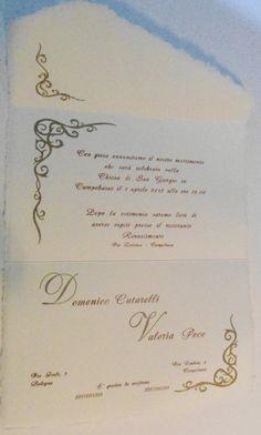 Partecipazione in carta di Amalfi avorio rosato chiusura a busta con stampa con caratteri mobili carattere Armonia e ghirigori e iniziali a rilievo oro antico
