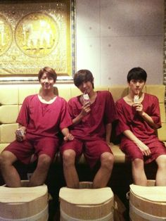 ZE:A's Kwanghee gets a foot massage with Siwan and MBLAQ's Lee Joon