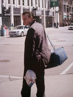 Heath Ledger as the Joker in The Dark Knight sans makeup. Behind the Scenes: List of the 100 Best BTS Photos from Iconic Movies Heath Joker, Der Joker, Heath Ledger Joker Laugh, Heath Ledger Diary, Heath Leadger, Joker Ledger, Dc Movies, Famous Movies, Iconic Movies