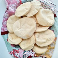 Hemmabakade pitabröd är så gott! Ladda frysen och värm när det är dags att äta. Finns inget godare än att öppna upp brödet och fylla dem med något gott. Bread Recipes, Snack Recipes, Snacks, Zeina, Pita Bread, Banana Cream, Falafel, Tex Mex, Bread Baking