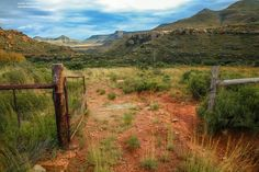 The open welcoming gate. Big Sky Country, Country Life, Country Roads, Pictures To Paint, Art Pictures, South Afrika, Farm Gate, Fictional World, Country Scenes