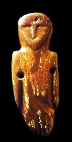 Figurine, likely Neolithic, Lithuania, made of Baltic Amber. Göttingen Museum. Slight facial resemblance to the Neolithic stone carving from Moon Temple, Avebury Hills. Both heads are round topped, with triangular face (note that the Baltic head has long hair).