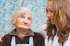 Brak odpowiedniej liczby lekarzy geriatrów to nie jedyny problem, jaki wskazują środowiska medyczne, naukowe i sami seniorzy. Jak mówią, niezbędna jest szybka zmiana podejścia do opieki senioralnej, która opiera się nie tylko na opiece szpitalnej, ale i społecznej.