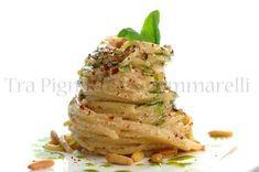 Spaghetti con ricotta di bufala, briciole di pomodori pinoli e basilico