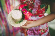 DIY FESTA JUNINA, ACESSÓRIO CABELO, LOOK JUNINO, FASCINATOR, CORTINA DE FITAS, DECORAÇÃO Fascinator, Party Time, Diy, Costumes, Hats, Look, Style, Do It Yourself, Headpiece