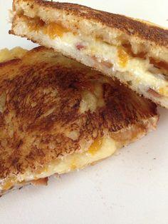 SANDWICH CALIENTE DE MERMELADA DE NISPERO, CHIPOTLE Y QUESO CHEDDAR. #sandwich #grilledsandwich #chipotle #cheese #loquat