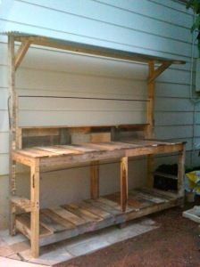 If you're tired of starting seeds on the kitchen counter, use these free, DIY potting bench plans to build your own outdoor potting station! Pallet Potting Bench, Potting Tables, Pallet Bar, Pallet Work Bench, Outdoor Crafts, Outdoor Projects, Potting Station, Diy Jardin, Outdoor Sinks