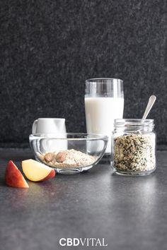 Aus Hanfsamenschalen lässt sich ganz einfach und in Null Komma nichts Hanfmilch zubereiten 🌱 Die pflanzliche Milchalternative ist rasch hergestellt, enthält wertvolle Omega-3- Fettsäuren und steht einer herkömmlichen Pflanzenmilch nichts nach. Aufbewahrt wird die Milch kühl und lichtgeschützt im Kühlschrank ➡ Wie Sie die Milch in nur wenigen Minuten einfach selbst zubereiten erfahren Sie in unserem Magazin 📖 Vegan, Omega 3, Superfood, Glass Of Milk, Healthy Recipes, Diy, Vegans