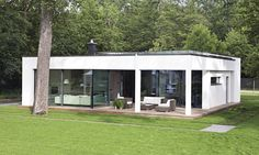 WeberHaus - Spacious and contemporary prefabricated bungalow with Bauhaus architecture Prefabricated Houses, Prefab Homes, Bungalows, Sustainable Architecture, Architecture Design, Flat Pack Homes, Living Haus, German Houses, Flat Roof House