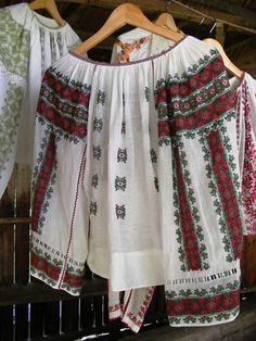 """Popular Folk Embroidery Traditional/Folk Romanian hand embroidered bouse """"IE"""" by IIA Calatoare (FB) Folk Embroidery, Learn Embroidery, Embroidery Patterns, Fashion History, Fashion Art, Folk Costume, Costumes, Antique Quilts, Embroidery Techniques"""