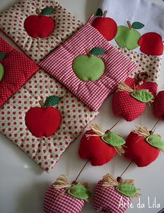 I love this idea of appliqued solid red and green apples on red and white fabric (solid, print and gingham) simple squares. by Arte da Lila, via Craft Projects, Sewing Projects, Projects To Try, Pinterest Patchwork, Fabric Crafts, Sewing Crafts, Mug Rugs, Hot Pads, Fabric Flowers