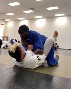 Well done jiu jitsu armbar sure it's due to an effective BJJ training. Train Brazilian jiu jitsu the right ways. Mixed Martial Arts Training, Martial Arts Workout, Boxing Workout, Jiu Jitsu Training, Mma Training, Karate Training, Self Defense Moves, Self Defense Martial Arts, Jiu Jitsu Moves