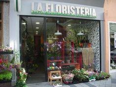 Ésta es una floristería. Se llama La Floristería. Se venden muchas floras y otra cosas como suelo y plantas.