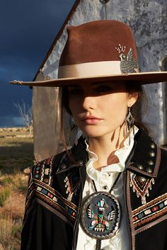 Western Arizona New Mexico Texas look style southwestern brown hat Cowgirl Chic, Cowgirl Mode, Estilo Cowgirl, Cowgirl Hats, Western Chic, Cowgirl Outfits, Cowgirl Style, Western Wear, Gypsy Cowgirl