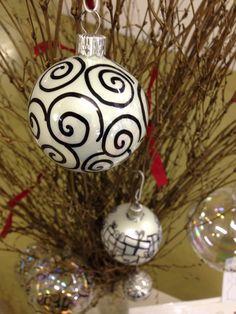 Palline in vetro bianco decorate a mano! #tueiodesign #merrychristmas