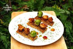 Kräuterblätterteig mit Sojachunks, Rosenkohl und Pilzen. Nebst ein paar Tupfern Sauce.