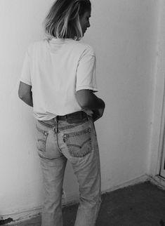 Vintage Levis 501 & worn out shirt. Via Mija Levis 501, Tomboy Fashion, Denim Fashion, Vintage Levis, Chill Style, My Style, Mode Inspiration, Portrait Inspiration, Black N White