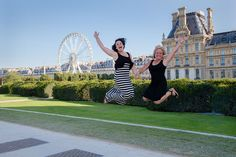 Mother and daughter jumping portrait at Tuileries by TripShooter Paris photographer Jade Maitre.