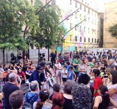 El teatro comunitario llenando de color, música y letras reivindicativas las calles del Casco Viejo