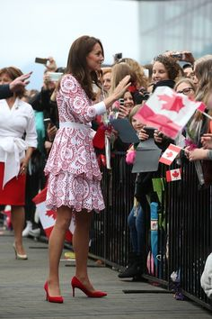 Kate Middleton Photos Photos - Catherine, Duchess of greets members of the public after after arriving by sea plane at the Vancouver Harbour Flight Centre during their Royal Tour of Canada on September 25, 2016 in Vancouver, Canada. - 2016 Royal Tour to Canada of the Duke and Duchess of Cambridge - Vancouver, British Columbia