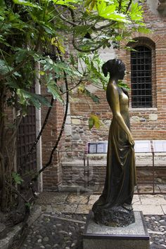 Bronze statue of Juliet in Verona @ House of Cappelletti.  Legend has it that touching her right breast brings luck in love.  It seems there must be A LOT of lucky lovers in the world.  LOL