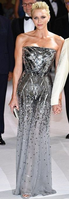 Princess Charlene in Atelier Versace attends the Monaco Red Cross Ball Gala. Royal Fashion, High Fashion, Princesa Charlene, Estilo Real, Nice Dresses, Formal Dresses, Atelier Versace, Silver Dress, Red Carpet Looks