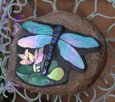 Piedra del jardín libélula mosaico por dancinglightmosaics en Etsy