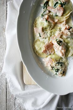 selbstgemachte Bärlauch Ravioli in cremeiger Lachssoße // homemade wild garlic ravioli with creamy salmonsauce